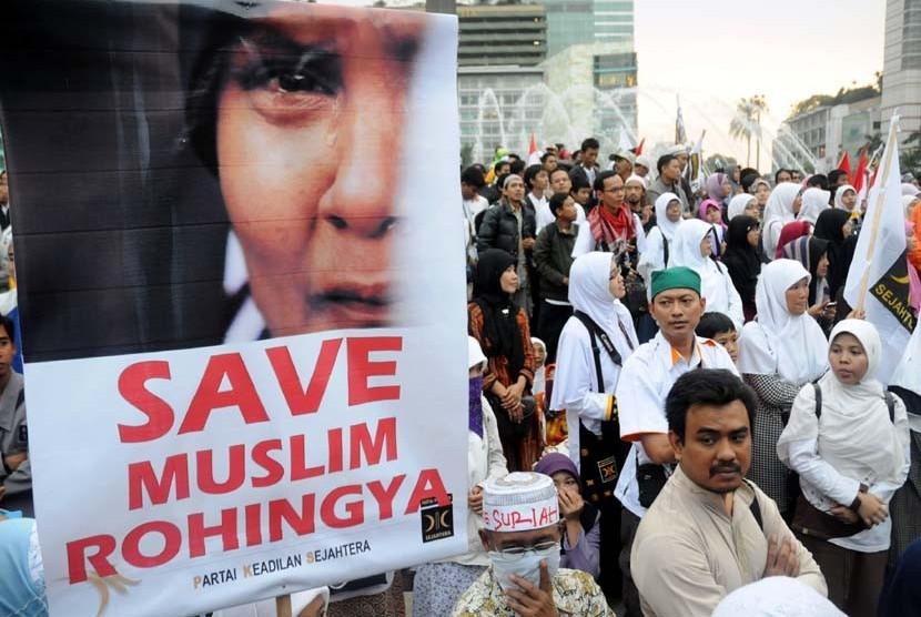 Aksi massal simpatisan Partai Keadilan Sejahtera Solidaritas Untuk Muslim Rohingya (Myanmar) dan Syria di Bundaran Hotel Indonesia, Jakarta, Ahad (12/8).  (Aditya Pradana Putra/Republika)