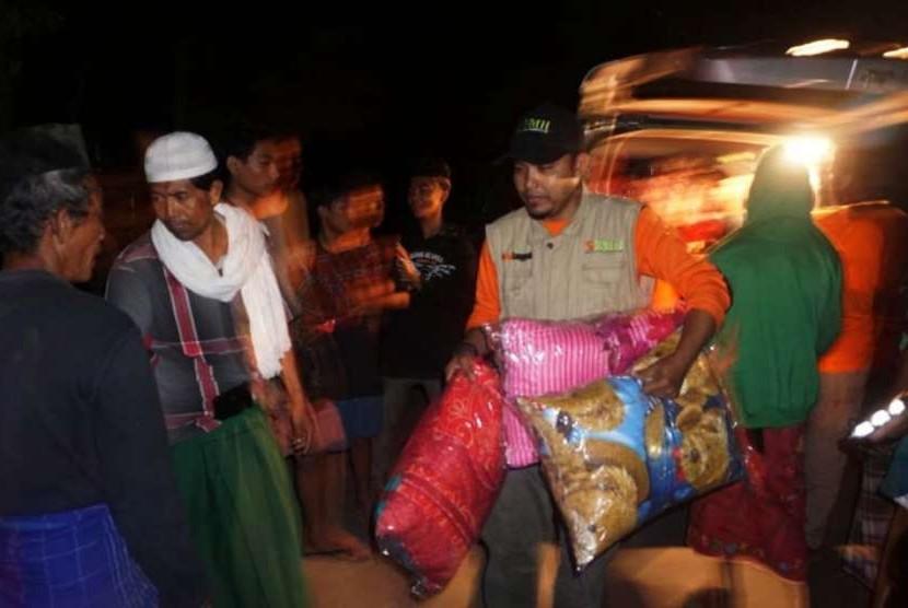 Aksi pembagian bantal untuk masyarakat korban gempa bumi NTB.