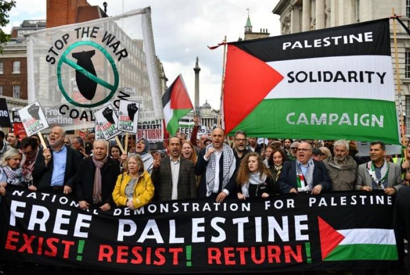 Aksi solidaritas di London mendukung rakyat Palestina. Aksi juga dihadiri aktivis Palestina Ahed Tamimi.