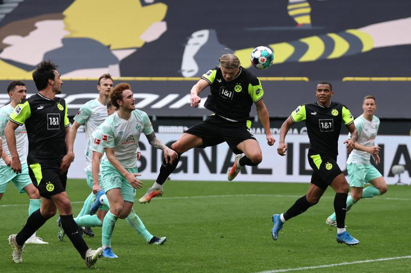 Aksi Striker Dortmund Erling Haaland saat Dortmund mengalahkan Werder Bremen 4-1 di Signal Iduna Park, Ahad (19/4)