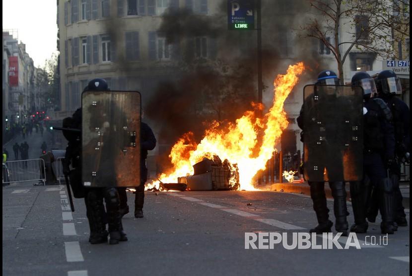 Aksi unjuk rasa rompi kuning di Kota Paris, untuk memprotes kenaikan harga dan reformasi ekonomi.