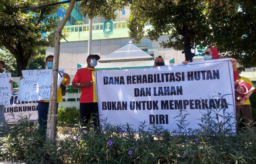 Aksi unjuk rasa yang digelar warga yang tergabung dalam Yayasan Karya Cipta Abisatya (YKCA) di kantor Perhutani Divreg Jawa Timur, Selasa (12/10).