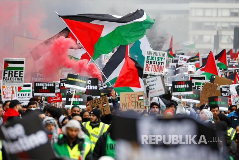 Aksi warga London memberikan dukungan untuk rakyat Palestina, London, Sabtu (22/5).