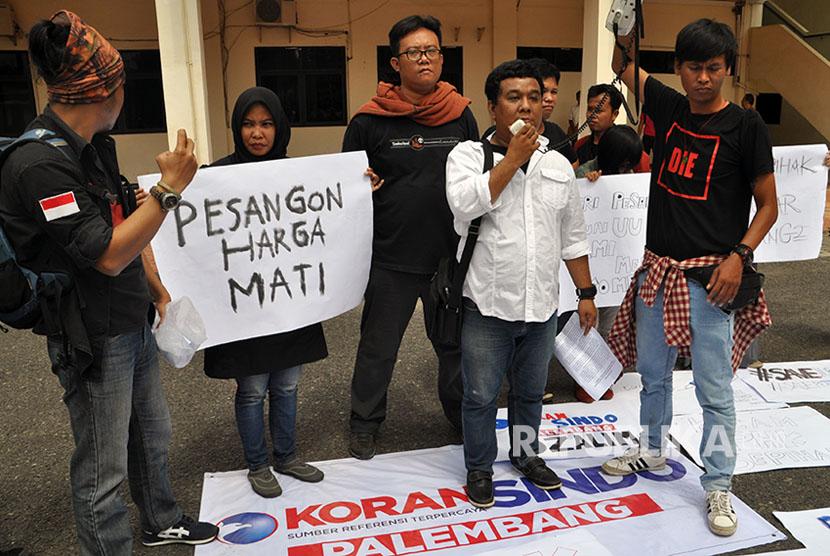 Aksi wartawan dan karyawan eks Koran Sindo Palembang di halaman parkir gedung DPRD Sumatera Selatan, Rabu (5/7), setelah sebelumnya gagal melaksanakan perundingan bipartit dengan perwakilan PT Media Nusantara Informasi (MNI) yang tidak hadir.