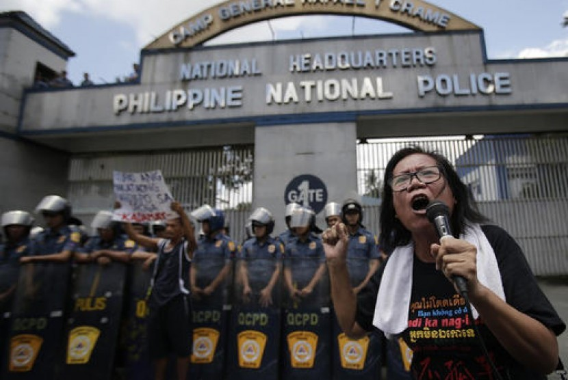Aktivis Filipina meneriakkan tuntutan mengakhiri pembunuhan terkait perang narkoba yang digalakkan Presidan Rodrigo Duterte di luar markas polisi Camp Crame di Kota Quezon, Manila, Filipina, 24 Agustus 2016.