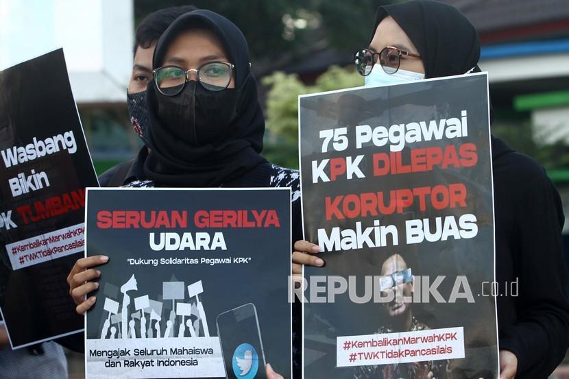 Aktivis Gerakan Rakyat Antikorupsi (Gertak) Kalimantan Barat berunjuk rasa di Bundaran Digulis Pontianak, Kalimantan Barat, Kamis (3/6/2021). Gertak Kalimantan Barat menolak segala bentuk pelemahan KPK.