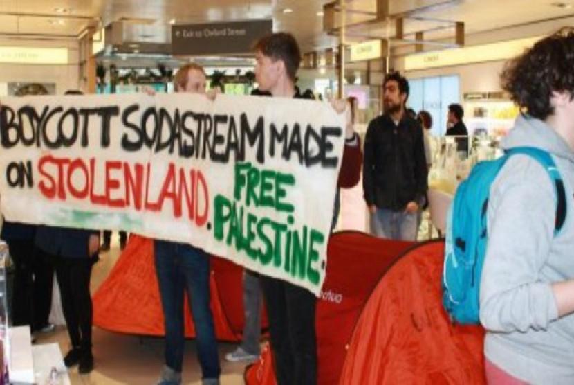Aktivis Inggris Pro-Palestina memprotes penjualan produk dari pemukiman ilegal israel
