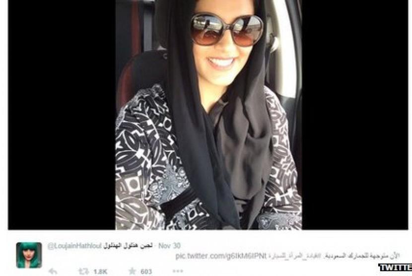 Aktivis perempuan di Arab Saudi, Lujain Al-Hathlool saat mengendarai mobilnya menuju perbatasan