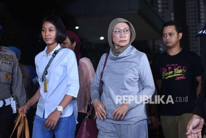Aktivis Ratna Sarumpaet (kanan) tiba di Mapolda Metro Jaya untuk menjalani pemeriksaan di Jakarta, Kamis (4/10).