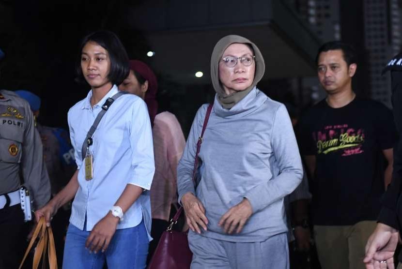 Aktivis Ratna Sarumpaet (tengah) tiba di Mapolda Metro Jaya untuk menjalani pemeriksaan di Jakarta, Kamis (4/10). Pelaku penyebaran berita bohong atau hoax itu ditangkap oleh pihak kepolisian di Bandara Soekarno Hatta saat akan pergi keluar negeri.