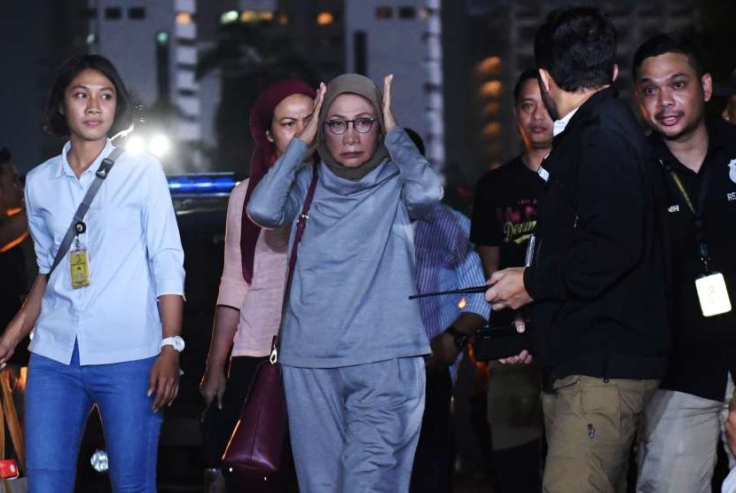 Aktivis Ratna Sarumpaet (tengah) tiba di Mapolda Metro Jaya untuk menjalani pemeriksaan di Jakarta, Kamis (4/10). Pelaku penyebaran berita bohong atau hoaks itu ditangkap oleh pihak kepolisian di Bandara Soekarno-Hatta saat akan pergi ke Santiago, Cile.