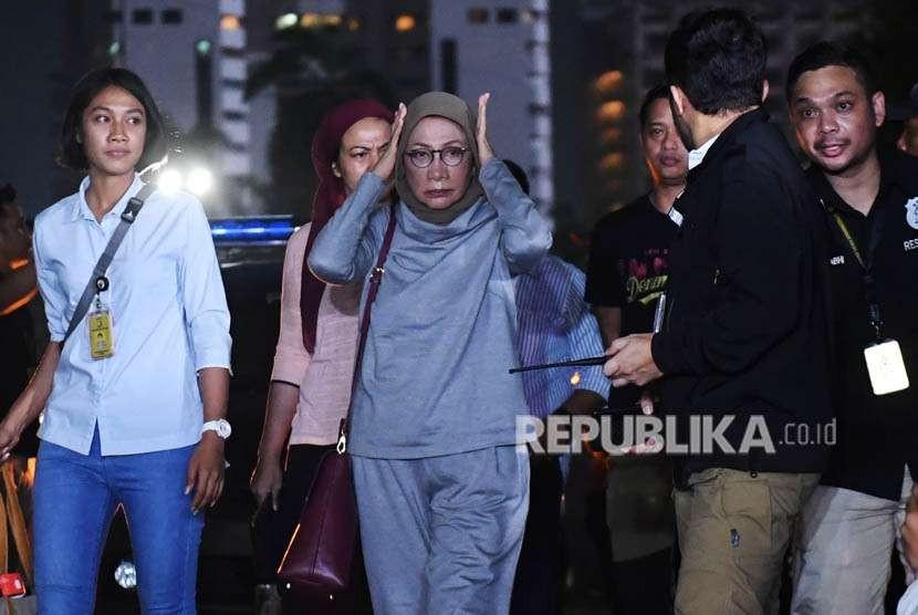 Aktivis Ratna Sarumpaet (tengah) tiba di Mapolda Metro Jaya untuk menjalani pemeriksaan di Jakarta, Kamis (4/10).