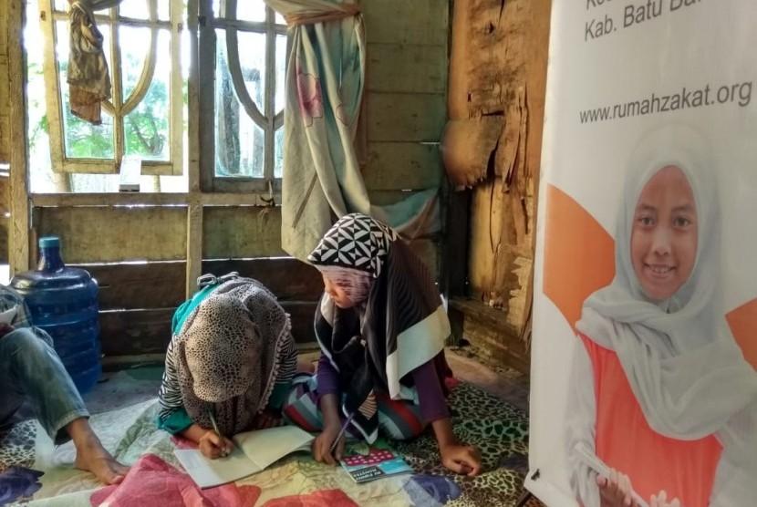 Aktivitas belajar di Rumah Belajar Desa Suka Maju.