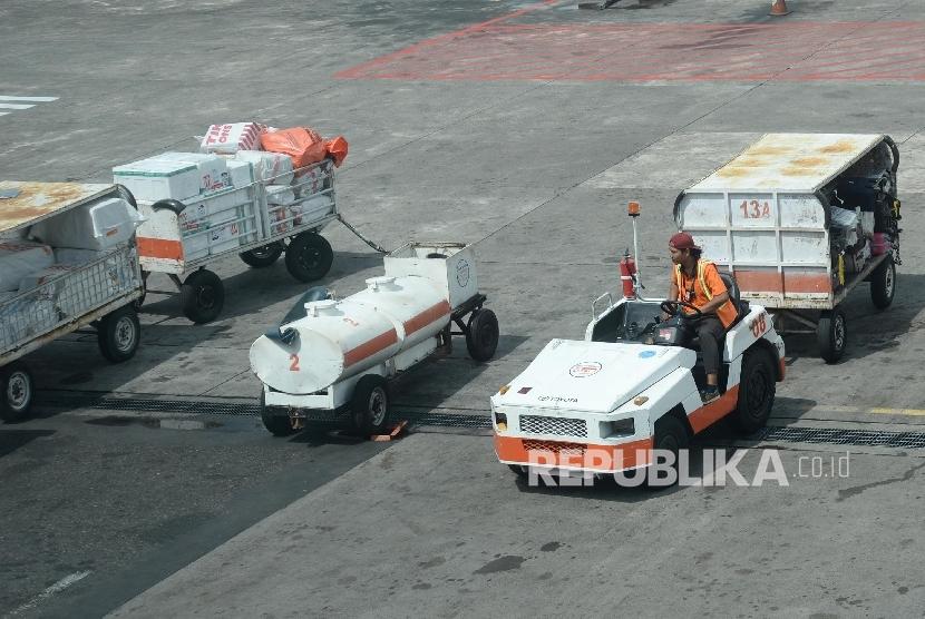 Aktivitas bongkar muat bagasi pesawat di Bandar Udara Ngurah Rai, Bali, Rabu (18/5). (Republika /  Yasin Habibi)