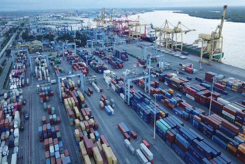 Aktivitas bongkar muat barang di pelabuhan. ilustrasi