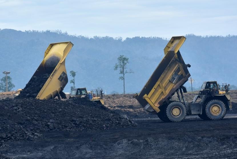 Aktivitas bongkar muat batubara di area pertambangan batubara