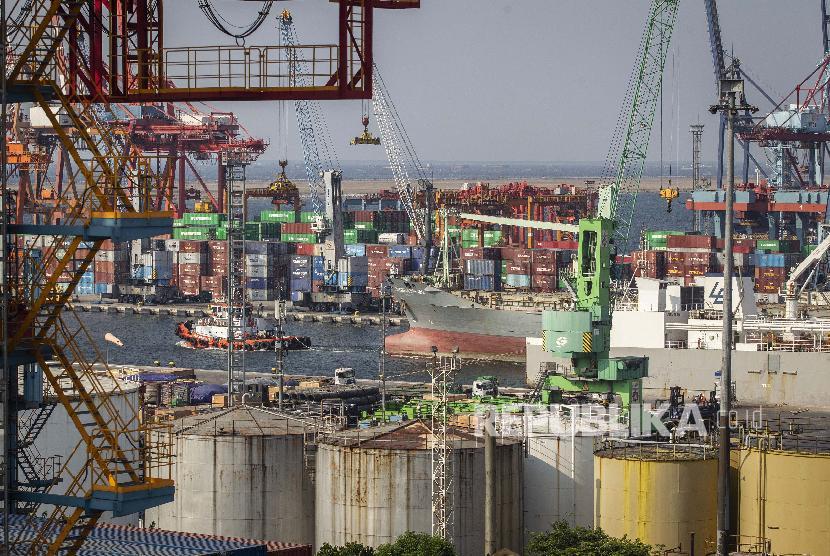Aktivitas bongkar muat peti kemas di Pelabuhan Tanjung Priok, Jakarta Utara, Jumat (28/6).