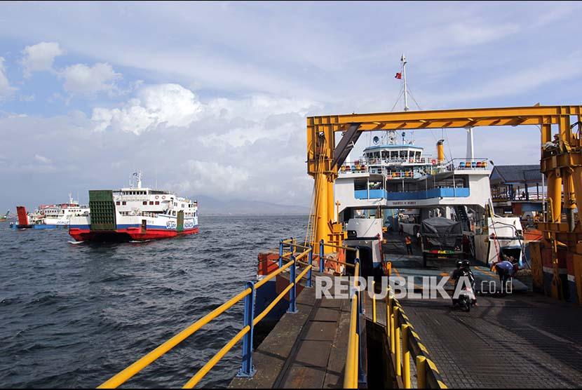 Aktivitas bongkar muat kendaraan di dermaga Pelabuhan Ferry yang dikelola ASDP (ilustrasi)
