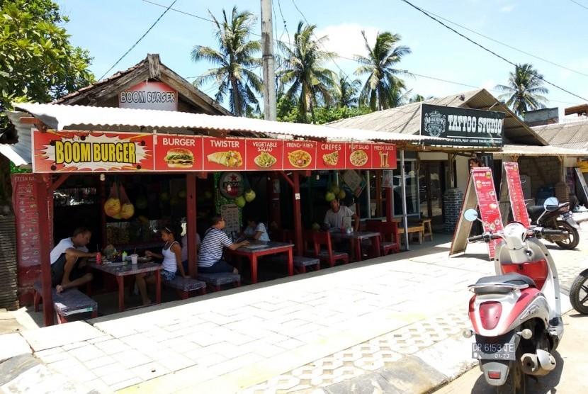 Aktivitas di kawasan Pantai Kuta, kawasan ekonomi khusus (KEK) Mandalika, Lombok Tengah, tampak lengang pada Sabtu (9/2).