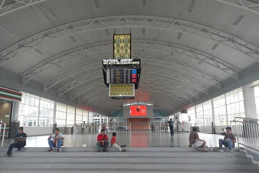 Aktivitas di Lombok International Airport (LIA) tampak lengang pada Sabtu (9/2).