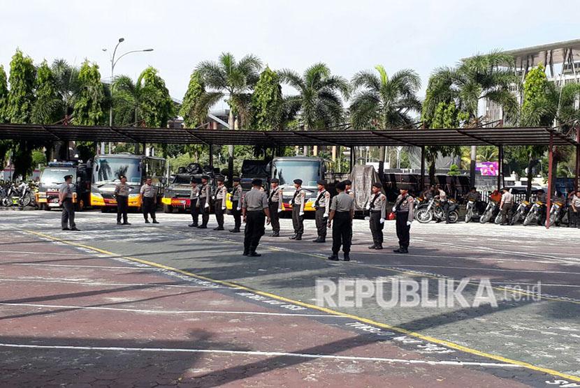 Aktivitas di Mapolda Riau, baik pelayanan masyarakat dan pengamanan reguler, berangsur kondusif, Kamis (17/5). Meski begitu, pengamanan untuk masuk ke lingkungan Mapolda Riau memang diperketat.