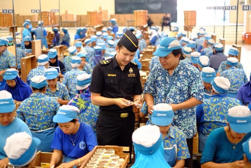 Aktivitas di pabrik pengolahan hasil tembakau (ilustrasi).