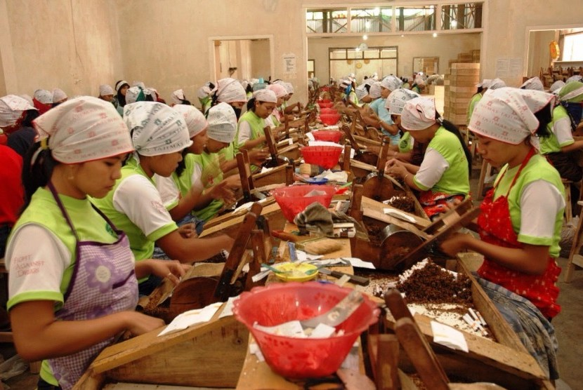 Aktivitas di pabrik (ilustrasi).