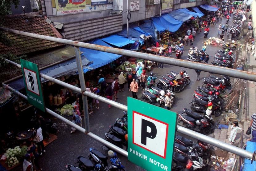 Aktivitas jual beli di Pasar Bogor, Kota Bogor, Jawa Barat. Jalan di sekitar Pasar Bogor termasuk 12 titik rawan macet di Bogor. (Ilustrasi)