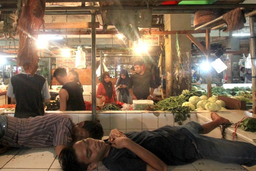 Aktivitas jual beli di pasar tradisional.