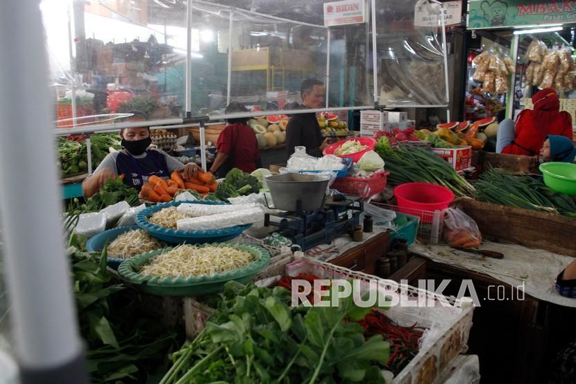 Aktivitas jual beli kebutuhan pokok di Pasar Gede Solo, Jawa Tengah, Kamis (6/5/2021). Menjelang Lebaran 2021, Tim Pengendali Inflasi Daerah (TPID) melaporkan tingkat inflasi Kota Solo pada April 2021 sebesar 0,02 persen atau lebih rendah dibandingkan periode Maret 2021 sebesar 0,16 persen, yang menunjukkan kestabilan harga-harga kebutuhan pokok.