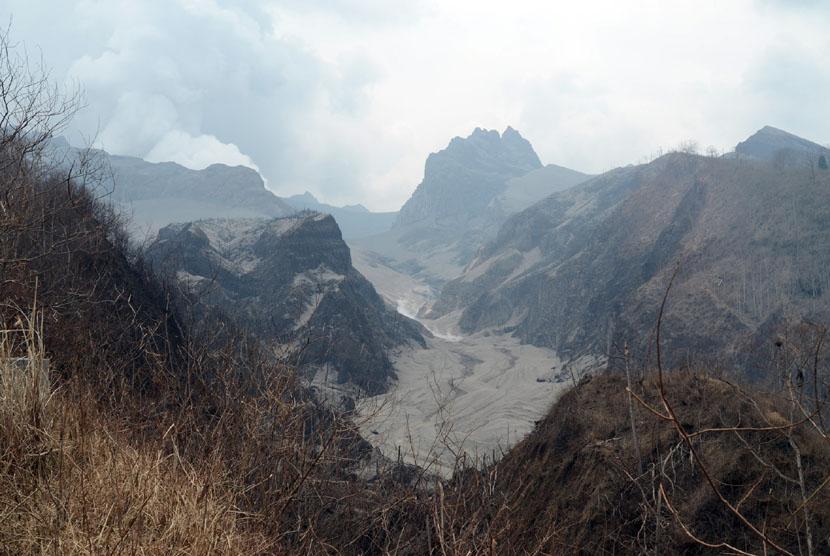 Aktivitas material vulkanik Gunung Kelud pasca meletus di kawasan jembatan aliran lahar sekitar 3 km dari puncak letusan Gunung Kelud di kawasan Desa Sugihwaras, Ngancar, Kediri, Jawa Timur, Ahad (16/2). (Antara/Rudi Mulya)