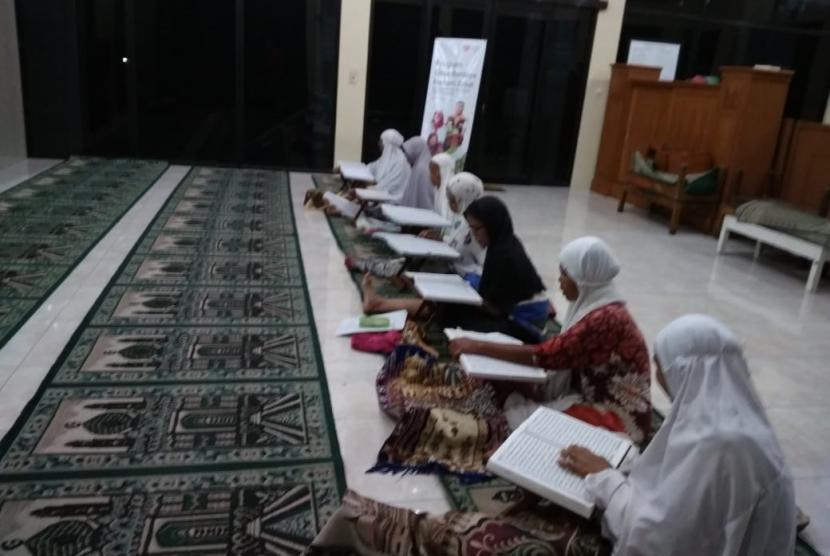 Aktivitas mengaji yang diinisiasi Rumah Zakat.