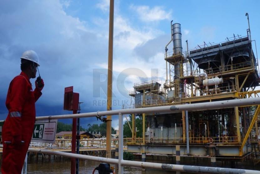 AKtivitas para pekerja di ladang minyak dan gas (migas) Handil, Kutai Kertanegara, Kalimantan Timur.  (Republika/Agung Sasongko)