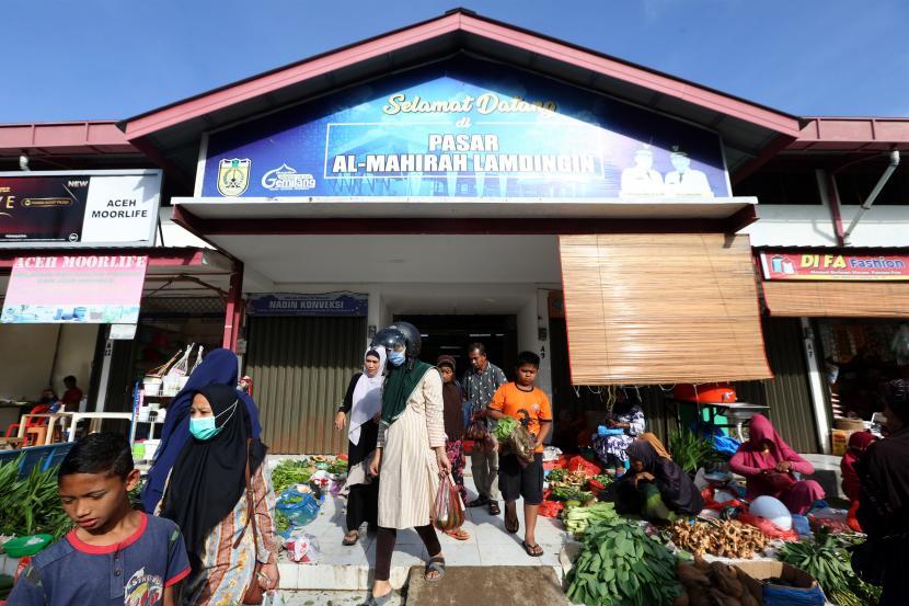 Aktivitas pedagang dan konsumen di pasar rakyat Al-Mahirah yang mulai berfungsi di Lamdingin, Banda Aceh, Aceh, Jumat (4/6/2021). Pemerintah kota Banda Aceh telah merelokasi ratusan pedagang sayur, rempah, buah, ayam, daging, serta ikan dari pasar tradisional Peunayong ke pasar rakyat Al Mahirah sebagai upaya mewujudkan program pembangunan dan penataan kota yang berkelanjutan.