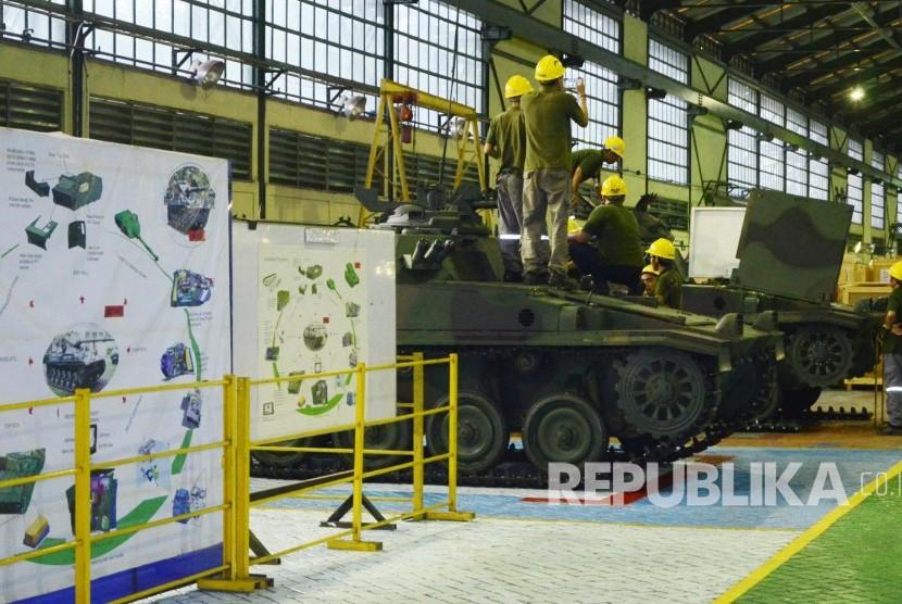 Aktivitas pegawai di antara Tank AMX 13 buatan di PT Pindad Kota Bandung, beberapa waktu lalu.