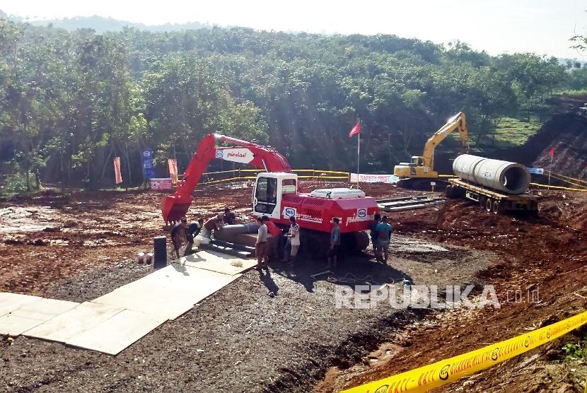 Aktivitas pekerja pembangunan jalur Kereta Api cepat Jakarta-Bandung, di lokasi ground breaking di daerah Ciwalini, Kabupaten Bandung Barat, Kamis (21/1).