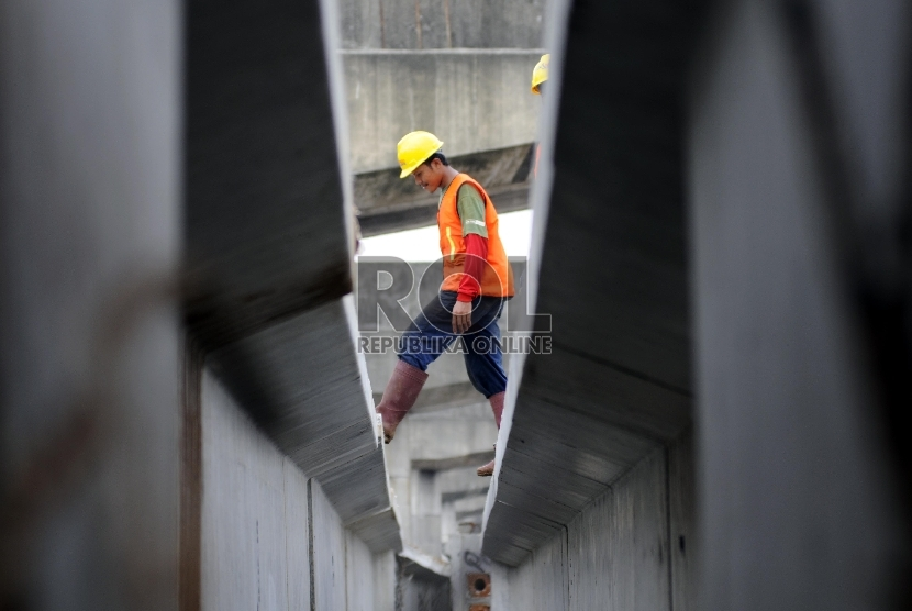 Aktivitas pekerja saat menyelesaikan proyek pembangunan Jalan Tol Bekasi-Cawang-Kampung Melayu (Becakayu) di kawasan Kalimalang, Jakarta Timur, Rabu (4/2). (Republika/Rakhmawaty La'lang)