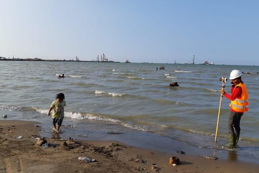 Aktivitas pembangunan pelabuhan, terlihat dari kejauhan di bibir Pantai Patimban, Desa Patimban, Kecamatan Pusakanagara, Kabupaten Subang, Ahad (5/5).