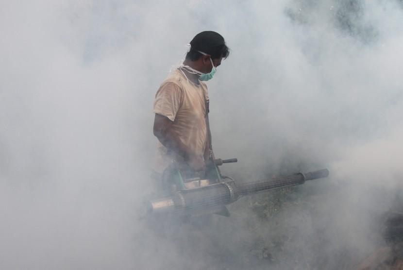 Aktivitas pengasapan (fogging) mencegah jentik nyamuk penyebab demam berdarah dan chikungunya.