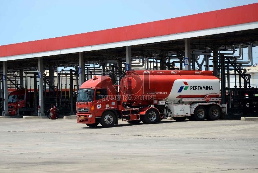 Aktivitas pengisian bahan bakar minyak ke dalam tangki minyak di Depo Pertamina Plumpang, Jakarta, Senin (30/3).