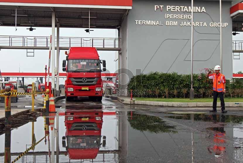 Aktivitas pengisisan bahan bakar di fasilitas Terminal Bahan Bakar Minyak (BBM) Plumpang, Jakarta, Jumat (25/7).(Republika/Adhi Wicaksono)