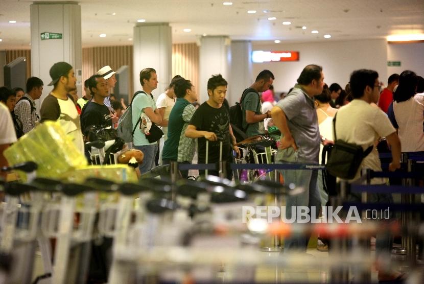 Aktivitas Penumpang domestik di teminal keberangkatan Bandara Ngurah Rai, Bali, Sabtu (16/7)