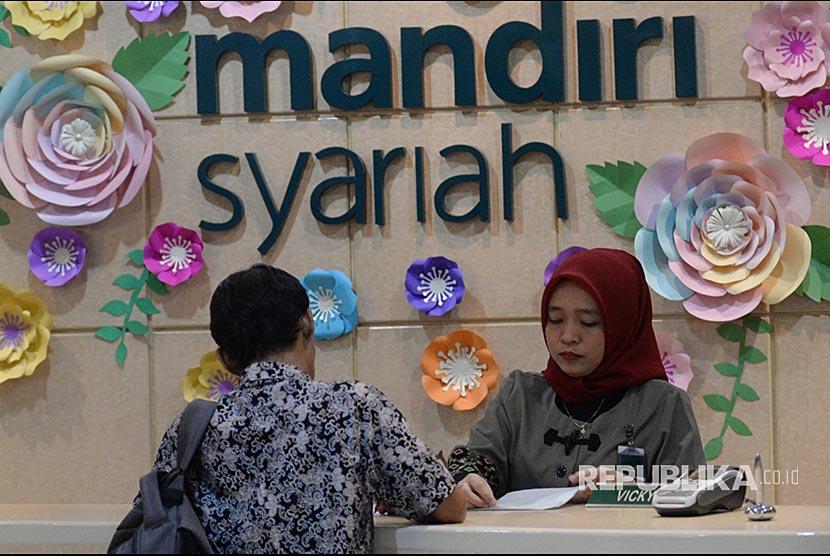 Aktivitas perbankan di Bank Syariah Mandiri KC Jakarta Thamrin, Jumat (3/11). Perbankan syariah menargetkan pertumbuhan pembiayaan dobel digit sampai akhir 2017. Sementata proyeksi Bank Indonesia terhadap pertumbuhan kredit di kisaran 8-10 persen.