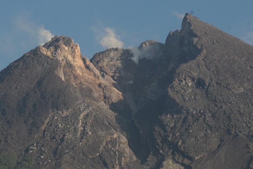 Aktivitas puncak Gunung Merapi mengeluarkan asap putih terlihat dari Balerante, Kemalang, Klaten, Jawa Tengah, Selasa (19/2/2019).