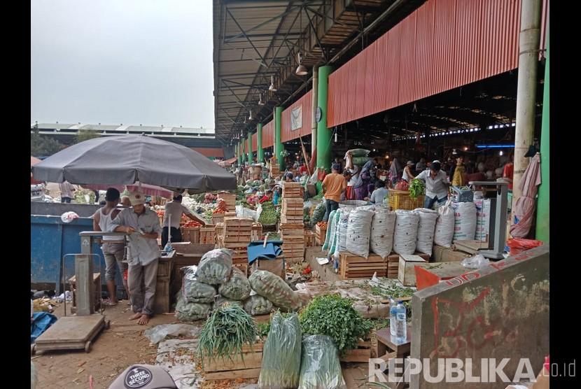 Aktivitas transaksi di Pasar Induk Kramat Jati, Jakarta Timur.