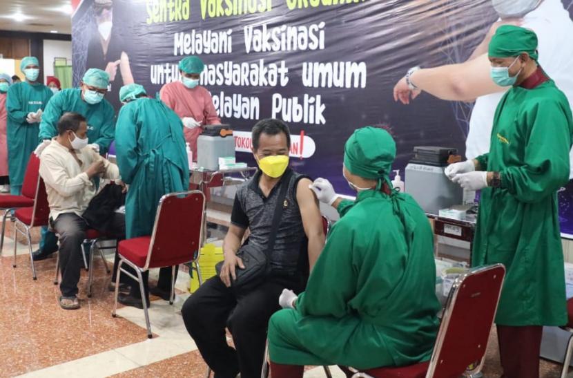 Pasien Covid Luar Semarang Diminta Dirujuk ke RS Terdekat. Aktivitas vaksinasi Covid-19 massal yang dilaksanakan di Sentra Vaksinasi Gradhika (SVG), di gedung Gradhika Bakti Praja, Semarang, Selasa (8/6). Vaksinasi massal ini memproiritaskan warga jawa Tengah berusia 50 tahun ke atas.