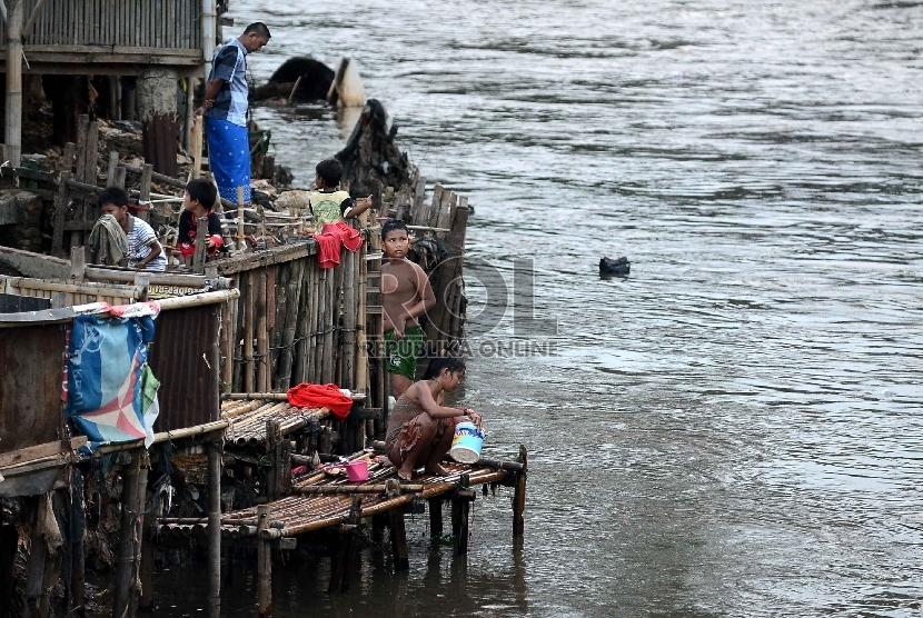 Aktivitas warga di pinggiran kali Ciliwung, Jakarta, Selasa (5/5).  (Republika/ Yasin Habibi)