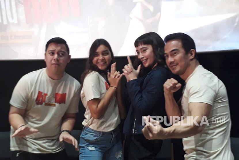 Aktor dan aktris yang berperan di film Hit and Run usai  acara konferensi pers di CGV FX Sudirman Jakarta, Kamis (17/1).