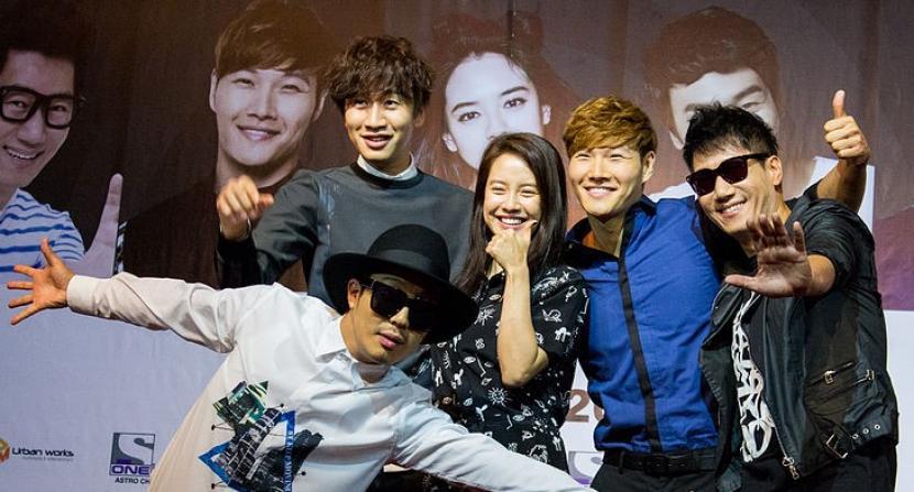 Aktor Lee Kwang Soo (rambut ikal - ke dua dari kiri) bersama para pemain Running Man.