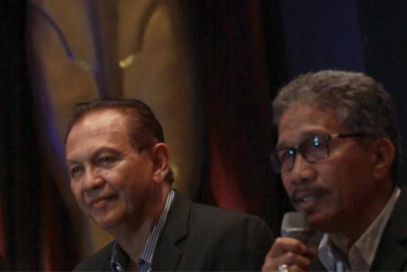 Aktor senior Roy Marten (kiri) bersama Ketua Umum Pelaksana FFI 2013 HM. Firman Binatang (kanan) memberikan keterangan pers terkait pelaksanaan Festival Film Indonesia 2013 di Jakarta, Kamis (19/9).9).